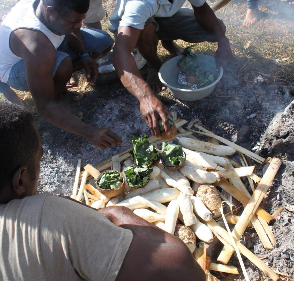 ロボ料理を作るフィジー人男性